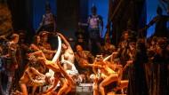 Ein lebendes Bild, zuckend vor Lust, als hätte Hans Makart es gemalt: das Bacchanal im dritten Akt mit Tänzerinnen und Chor der Berliner Staatsoper.