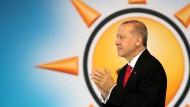 Leuchtkraft gewollt: Der türkische Präsident bei einer Parteiveranstaltung in der vergangenen Woche in Ankara