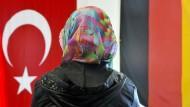Die Abhängigkeit der Ditib führt zur politischen Anlehnung an die türkische Regierung. Sichtbar wurde das etwa 2010 bei Erdogans berüchtigter Assimilisierungsrede.