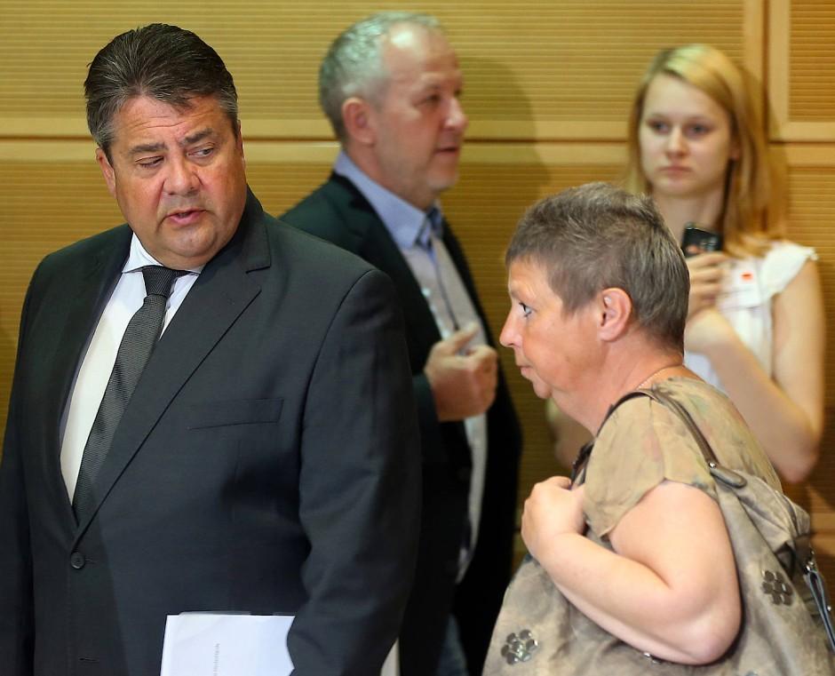 """Der SPD-Vorsitzende und die Putzfrau: Sigmar Gabriel und Susanne Neumann Anfang Mai auf der """"Wertekonferenz Gerechtigkeit"""""""" im Willy-Brandt-Haus in Berlin"""