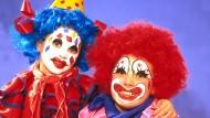 Das Grauen ist erblich: Mutter und Tochter im Clownskostüm