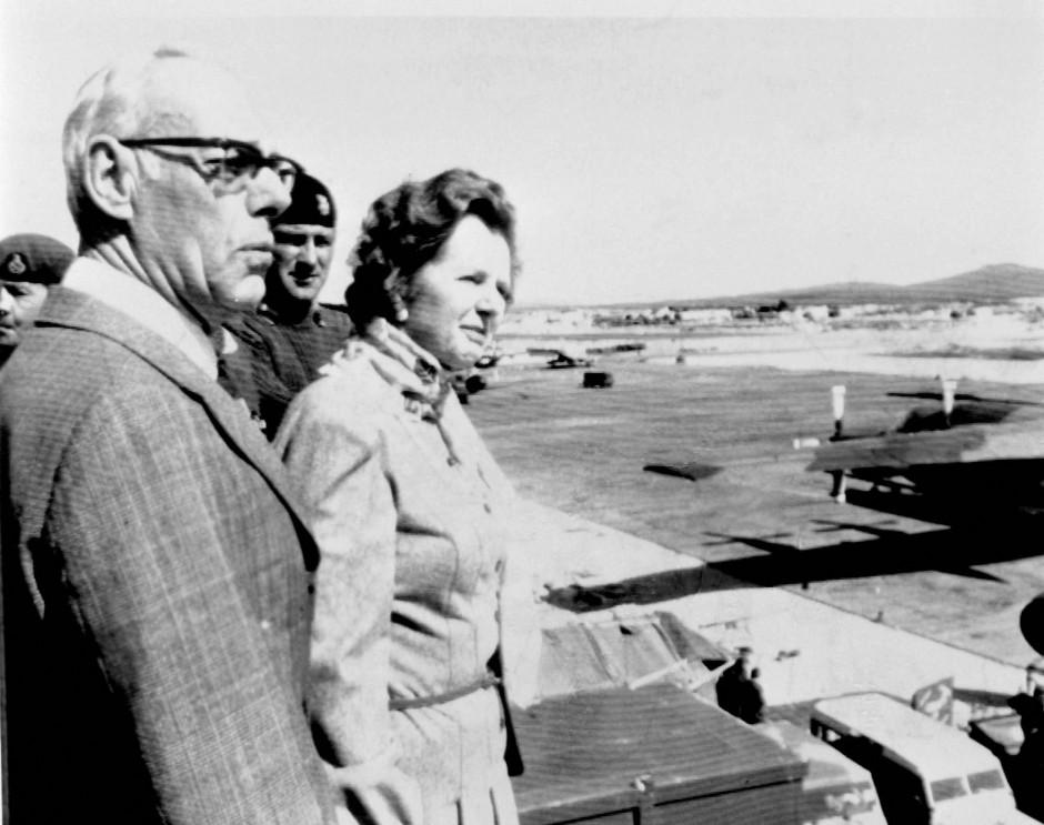 Soziale Unruhen an der Heimatfront, Krieg im Atlantik: Die britische Premierministerin Margaret Thatcher und ihr Ehemann Denis 1983 auf den Falkland Inseln