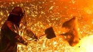 Strafzölle zum Beispiel auf Stahl bringen Arbeitsplätze in Gefahr: Arbeiter an einem Hochofen der Salzgitter AG.