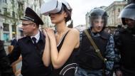 Stadtspaziergang für Weggesperrte: Die Künstlerin Katrin Nenasheva versetzt sich mit dem VR-Helm in die geschlossene psychiatrische Anstalt.