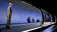 """Auch auf dem Laufband ist es öde ohne Liebe: Flughafen Theben, Terminal 1, in Andreas Kriegenburgs Frankfurter """"Amphitryon"""""""