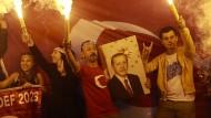 Feuer und Flamme für den Präsidenten: Anhänger Erdogans in der Nacht nach der Wahl in Istanbul