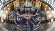 Das Plenum im Bundestag: Ist man womöglich ein populismusanfälliger Verschwörungstheoretiker, wenn man nicht mit den bestehenden Verhältnissen total und absolut einverstanden ist?