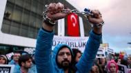 """Nach dem Gerichtsurteil, vor der Erstürmung: Mitarbeiter und Unterstützer der Zeitung """"Zaman"""" protestieren gegen deren staatliche Übernahme."""