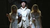 """Don Juan im Gruselkabinett: Steven Scheschareg in der Dostojewski-Oper """"Böse Geister"""" in Mannheim"""