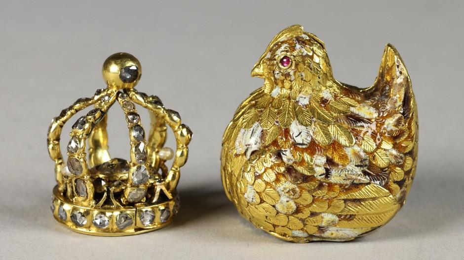 """Ein Ei  """"von Golde, worinnen eine Goldene Henne, und in der Henne eine kleine Crone mit Diamanten besetzt ist""""."""