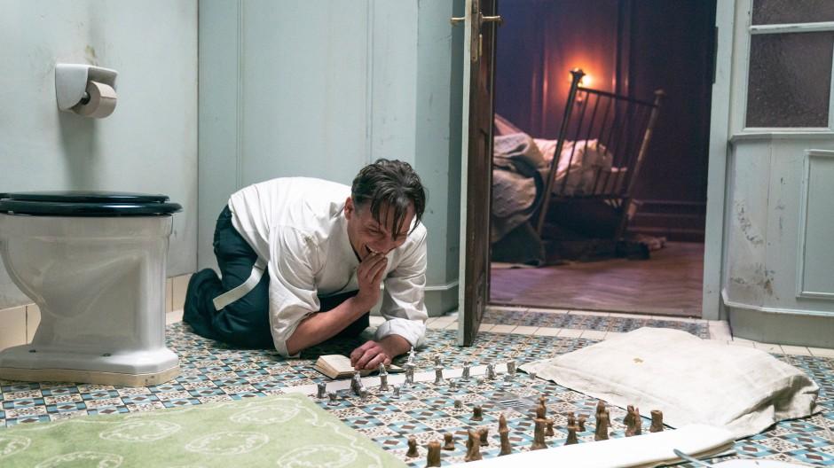 """Oliver Masucci als Josef Bartok in einer Szene des Films """"Schachnovelle"""""""