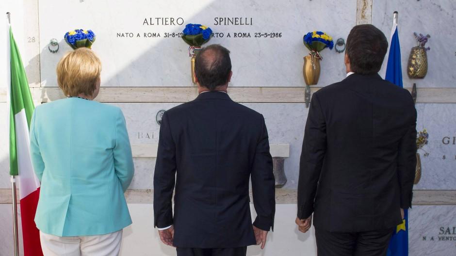 Im August 2016 trafen sich Angela Merkel, François Hollande und Matteo Renzi auf dem Flugzeugträger Giuseppe Garibaldi vor der Insel - genau fünfundsiebzig Jahre nachdem eben hier drei kluge Männer, unter ihnen Altiero Spinelli, das Manifest von Ventotene verfasst hatten.