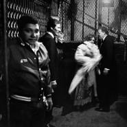Große Erwartungen: Welche Überraschung wird der Abend für die zufällige New Yorker Aufzuggesellschaft im Jahre 1983 wohl noch bringen?