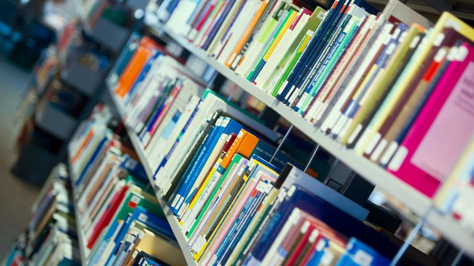 Verlage und Autoren wehren sich gegen die Urheberrechtsnovelle: Bücherregale der Universitäts-Bibliothek Greifswald in optischer Schieflage.