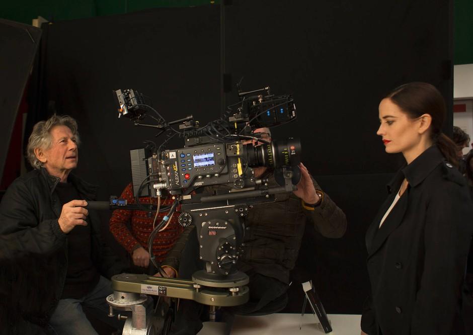 """Eva Green und Roman Polanski bei den Dreharbeiten zu """"Nach einer wahren Geschichte""""."""