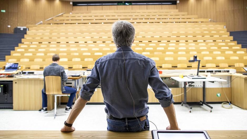 Eine Online-Vorlesung wird vorbereitet, im kommenden Sommersemester wird sie allerdings hauptsächlich am Schreibtisch aufgenommen werden.