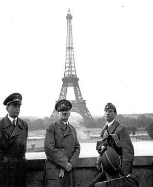 Der Diktator 1940 in Paris mit seinen Lieblingskünstlern: Speer (l.) und Bildhauer Arno Breker