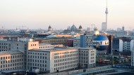 Wie organisiert Berlin das Gedenken an die Opfer des Nationalsozialismus? Stadtansicht mit dem Museum Topographie des Terrors im Vordergrund