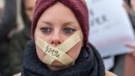 Mit einer Kundgebung vor dem Berliner Reichstagsgebäude fordern Demonstranten die Abschaffung von Paragraf 219a.