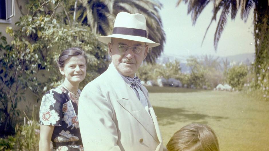 Thomas Mann, der Gatte an der Seite der tatkräftigen Katia Mann, bevorzugte für den Sommer Hut und Anzug in pflegeaufwendigem Elfenbein-Ton. Momentaufnahme aus dem Jahr 1946 in Pacific Palisades.