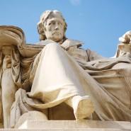 Mit kritischem Blick: Wilhelm von Humboldt, der preußische Reformer, vor der nach ihm benannten Universität in Berlin