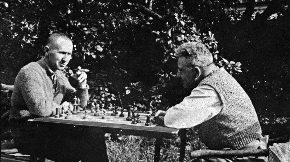 Der linke Benjamin: 1934 beim Schachspielen mit Bertolt Brecht