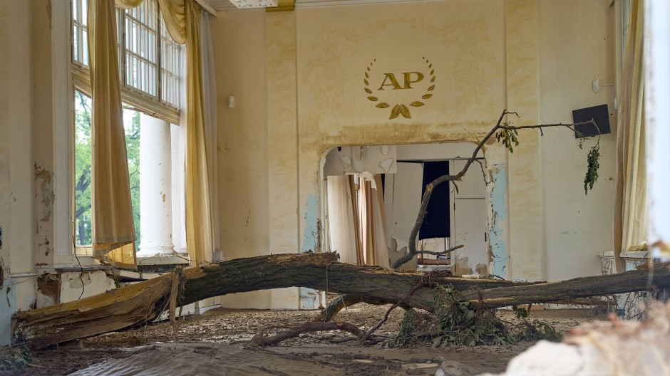 In den Kursaal von Bad Neuenahr hatte die Flut einen Baum gespült. In Rheinland-Pfalz hat die Ermittlung der Schäden im Kulturbereich erst begonnen.