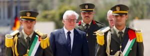 Ein Kranz für einen Friedensnobelpreisträger und Terroristen: Frank-Walter Steinmeier auf dem Weg zum Grab Jassir Arafats.