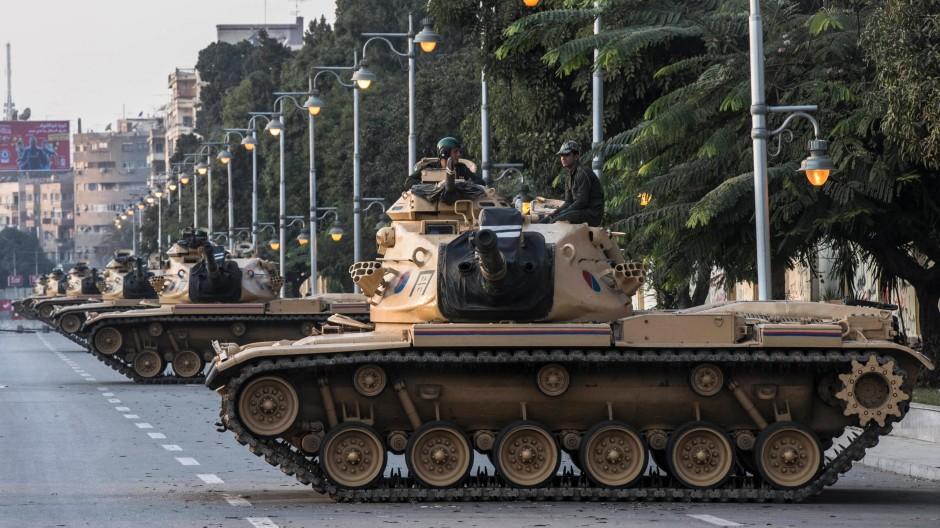"""""""Wir werden die Reserven mobilisieren müssen"""": So sah es am Sonntag vor Kairos Präsidentenpalast aus"""