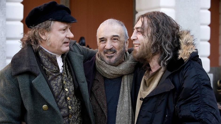 """Jean-Claude Carrière (Mitte) bei Dreharbeiten zu """"Goyas Geister"""" mit Stellan Skarsgard (links) und Javier Bardem."""