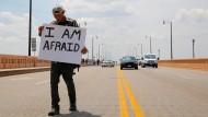 Letzte Ausfahrt Demokratie: Ein einsamer Anti-Trump-Demonstrant  in Cleveland, Ohio
