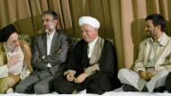 Im Kreis der Mächtigen: Kongress-Organisator Haddad Adel (zweiter von links) neben den ehemaligen und aktuellen Staatsgrößen Khatami, Rafsandschani und Ahmadineschad (von links nach rechts)