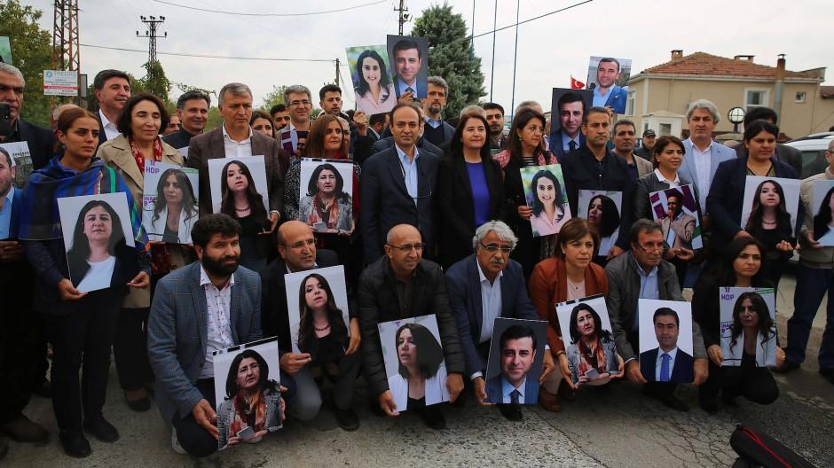 Ein Bild der Türkei heute: HDP-Abgeordnete vor dem Hunderte Kilometer von Ankara entfernten Gefängnis von Edirne, in den Händen die Fotos ihrer neun inhaftierten Kollegen, für die sehr viele Jahre Haft gefordert sind.