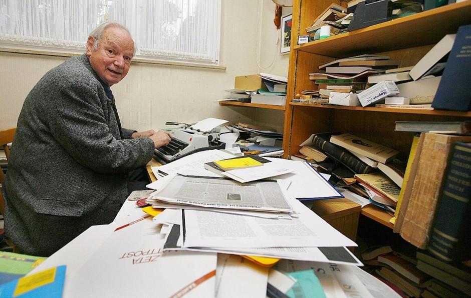 Der Philosoph Odo Marquard an seinem Schreibtisch in Gießen.