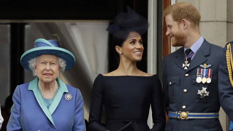 Da war noch alles gut: die Queen, Meghan und Harry bei einer Vorführung der Luftwaffe im Juli 2018