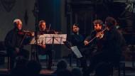 Mit inniger Empfindung: Gidon Kremer, Madara Petersone, Timothy Ridout, Nicolas Altstaedt, Georgijs Osokins (von links nach rechts) in der Pfarrkirche Lockenhaus.