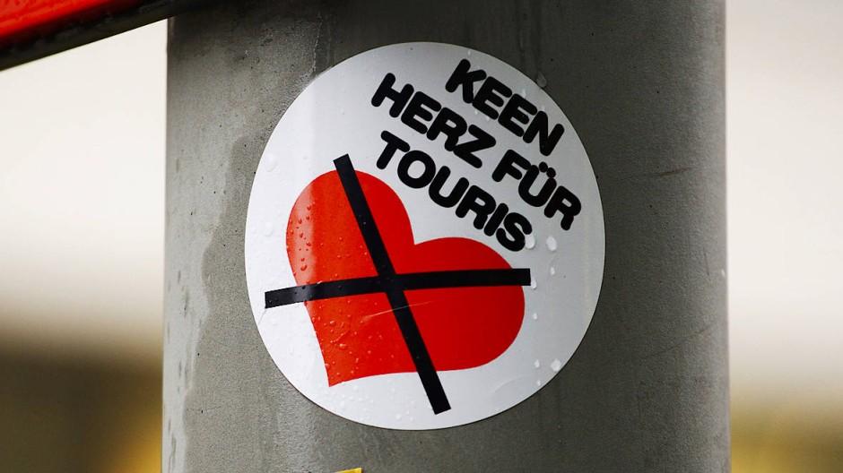 Wer nach Berlin reist und sich in die Stadt verguckt, muss nicht unbedingt damit rechnen, von den Einheimischen zurückgeliebt zu werden: Seit Jahren bekunden die Berliner auch mit Aufklebern im Stadtraum ihre Zurückhaltung.