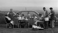 """Picknicken können die Menschen erst, seit sie in Höhlen, Hütten oder Häusern wohnen. Denn die Mahlzeit im Freien am großen Feuer, um das herum man gesessen hat und in dessen Asche sich die Knochen von Tapiren oder Mammuts stapelten, gerade so, wie man es aus der Anfangsszene des großartigen Kinoepos """"2001 – Odyssee im Weltall"""" kennt, dieses Barbecue in der Morgendämmerung der Menschheit war ja bittere Notwendigkeit und eben kein Spaßessen unter Steinzeitmenschen. Das Vergnügen, hinauszutreten an die freie Luft, um seine Speisen unter der prallen Sonne und inmitten dichter Mückenschwärme auszubreiten, lässt sich deshalb nur bis in den Hellenismus und die römische Zeit zurückverfolgen."""
