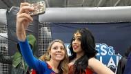 Auch junge Leute müssen lernen, dass Digitalisierung mehr ist als eine Popkultur: Cosplayer posieren für ein Selfie.