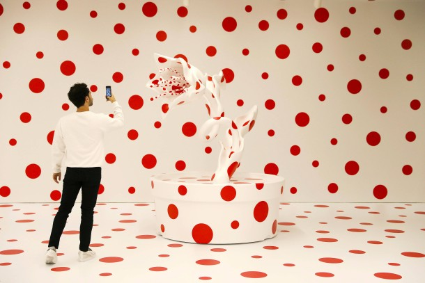 "Polka dots wie Kirschblüten: Ein Teil der Installation ""With All My Love for the Tulips, I Pray Forever"" in der Marciano Art Foundation in Los Angeles."