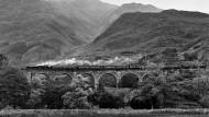 Der Glenfinnan-Viadukt bei Lochaber zählt zu den Attraktionen der Bahnstrecke zwischen Fort William und Mallaig. Aber die Touristen im alten Dampflokzug, der im Sommer eigens für sie eingesetzt wird, sehen davon wenig.