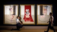 """Ob Bacons """"Triptych Inspired by the Orestia of Aeschylus"""" tatsächlich wie erhofft mehr als sechzig Millionen Dollar einbringen würde, war für Sotheby's im Pandemie-Jahr 2020 nicht ausgemacht: Mitarbeiter des Auktionshauses bereiten die Präsentation des Werks vor."""