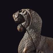 """Ein liegender Löwe krönt ein elftausend Jahre altes Möbelstück: Exponat der Ausstellung """"I am Ashurbanipal"""""""