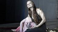 Der feige Xerxes (Merlin Sandmeyer) sucht Schutz im Schoß seiner Mutter, der Perserkönigin Atossa (Christiane von Poelnitz)