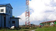 Keine Verbindung: Kinder im Bundesstaat Rakhine spielen neben einem Telefonmast.
