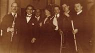 Der Komponist und seine mondsüchtige Muse: Arnold Schönberg (3. v.l.) und Albertine Zehme mit den Musikern der Uraufführung 1912