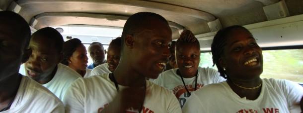 """Durch den Dschungel mit Gesängen wie """"Go Ebola go"""": In seinem gleichnamigen E-Book beschreibt Rainer Merkel den ungebrochenen Mut der Helfer, die in Liberias Dörfern Aufklärungsarbeit leisten."""