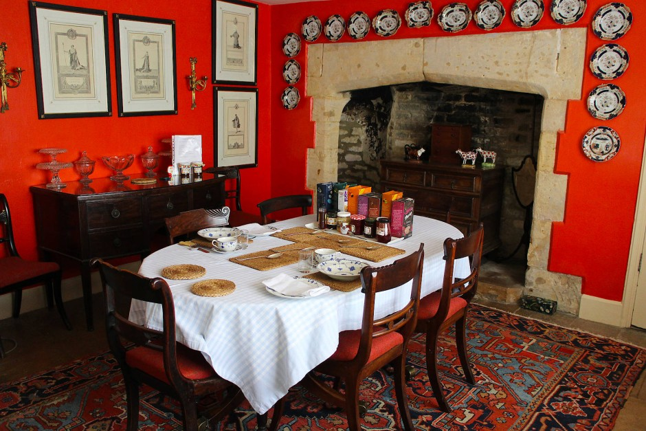 Karin Bolton serviert ihren Gästen English Breakfast mit Ei, Tomaten und Pilzen, Sausages, Beans und Black Pudding.