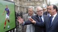 Erinnerung an große Zeiten: François Hollande und der Fußball-Kenner Pierre-Louis Basse beim Besuch einer Pariser Fußballausstellung im Mai