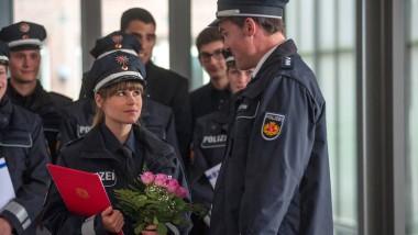 Zu Hause gibt das Ärger: Betty (Cristina do Rego) erhält ihr Polizeizeugnis.